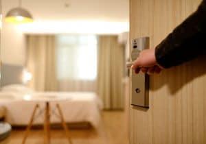כניסה לחדר במלון