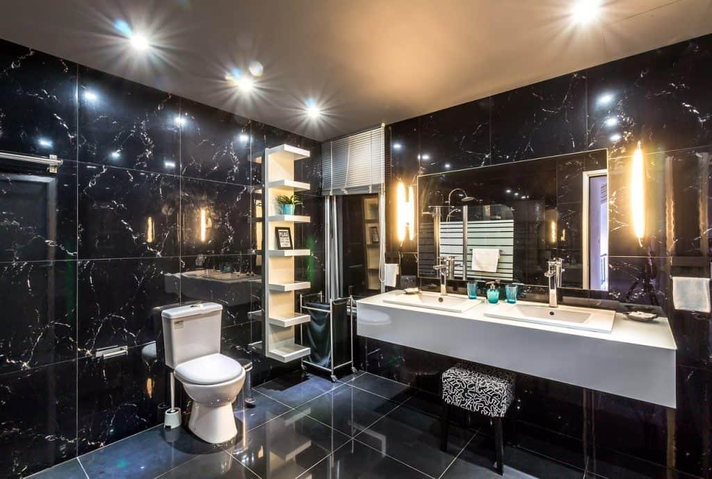 חדר אמבטיה נוצץ ומעוצב