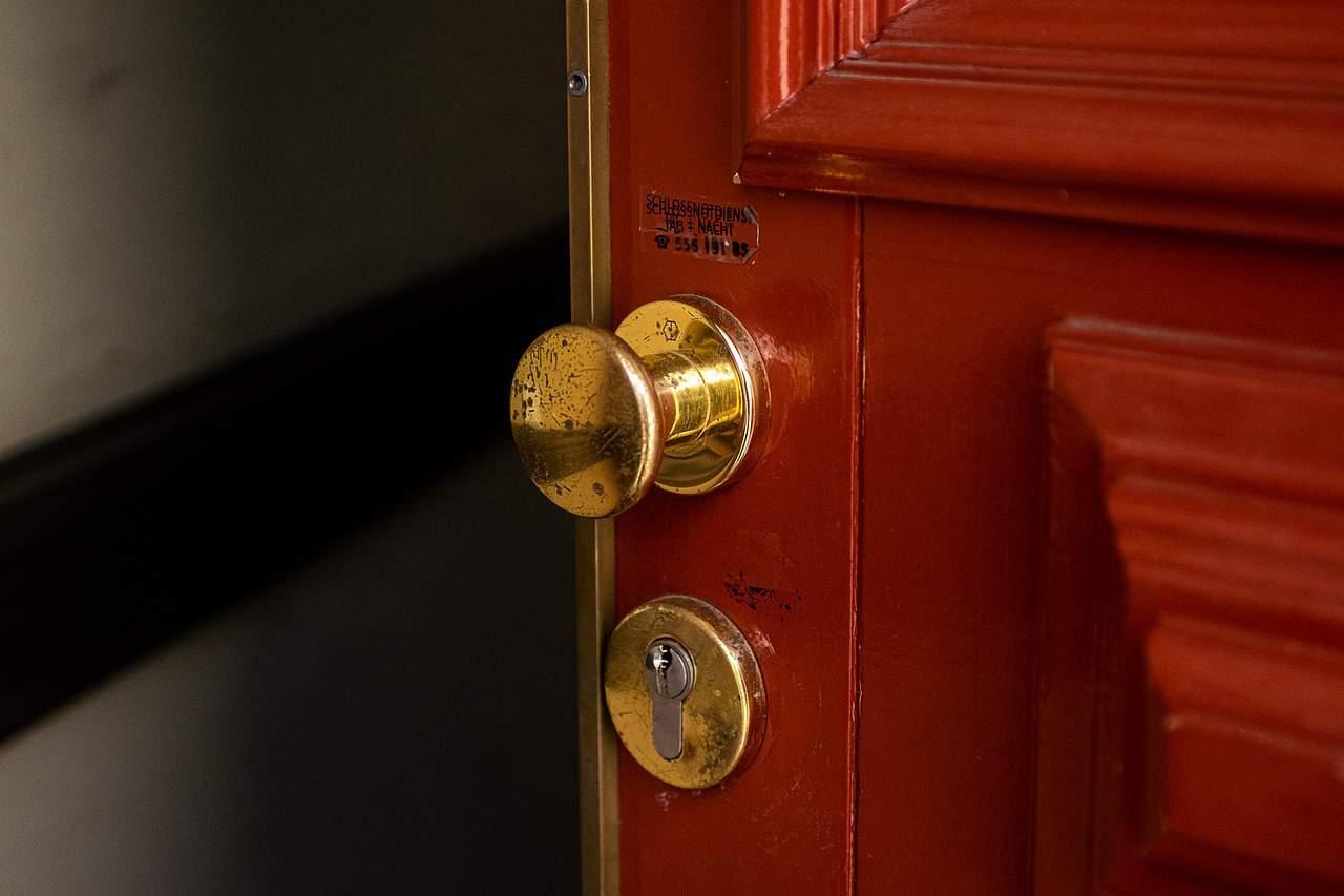 דלת עץ עם ידית זהובה